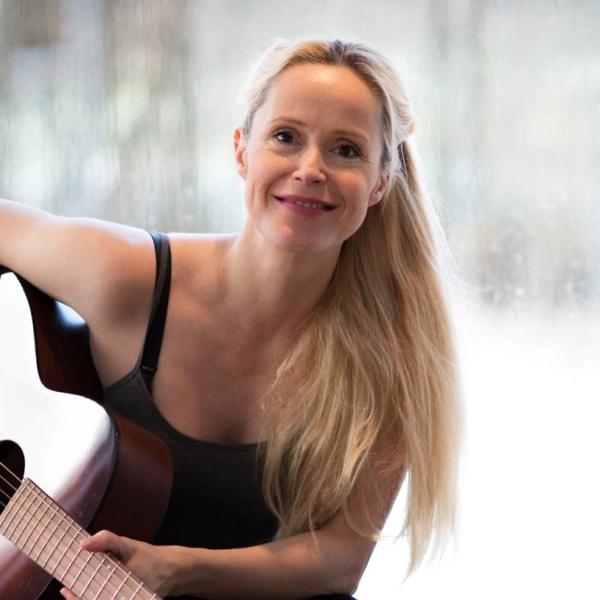 Tina Dickow solo