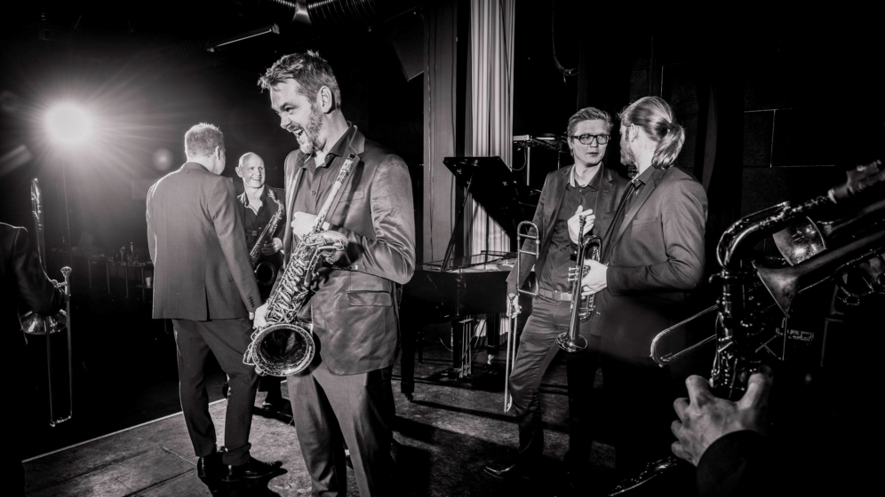 https://vaerket.dk/wp-content/uploads/2017/12/Aarhus-Jazzorchestra-1_996x560_acf_cropped.jpg